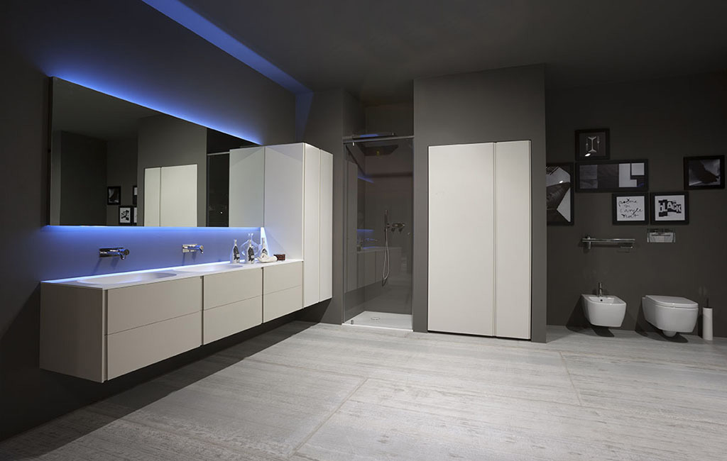 Bagni Colorati Blu : Bagno in stile moderno con luci blu interior design real project